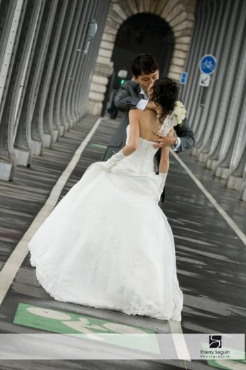 photographe mariage couple pont bir hakeim viaduc de Passy
