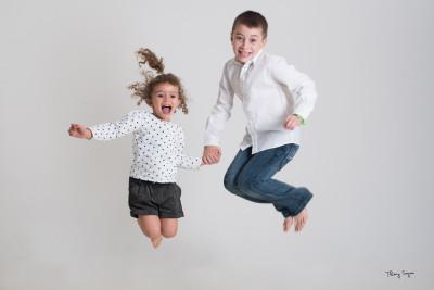 jeunes enfants qui sautent en l