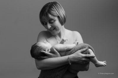 photographe-nouveau-ne-yvelines-bebe-dans-les-bras-de-maman