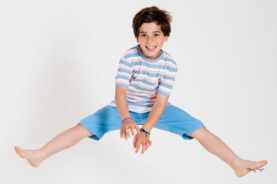 portrait de famille enfant qui saute