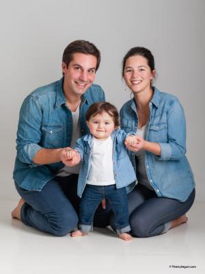 portrait de famille avec petite fille de un an