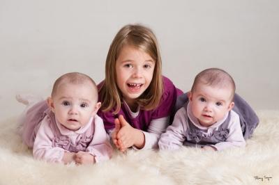 photo de 2 jumelles avec grande soeur ainée