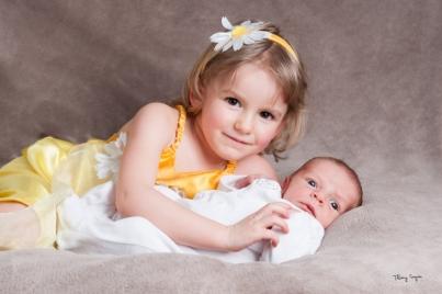 Petite fille avec son petit frère