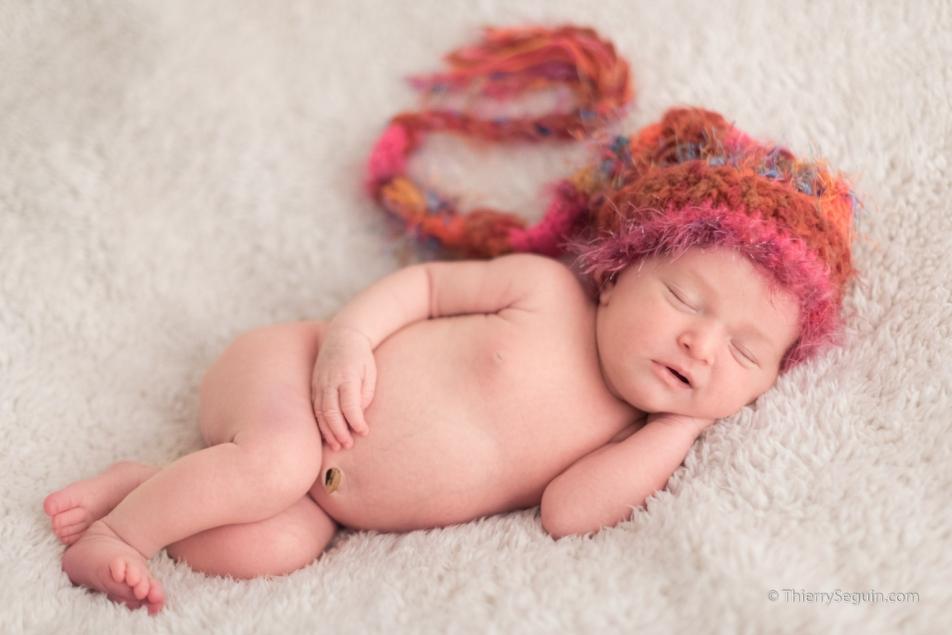 photo de nouveau-né endormi avec bonnet