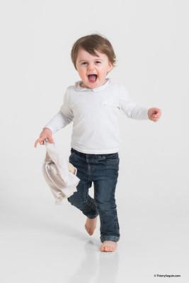 petite fille qui court avec son doudou à la main