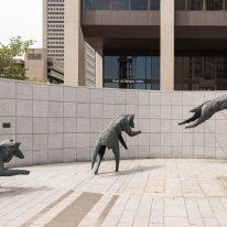 Lucienne Cornet, Le Quatuor d'airain, 1996. Bronze. 300 x 1500 x 600 cm. Centre des congrès de Québec. Photo : Thierry Seguin