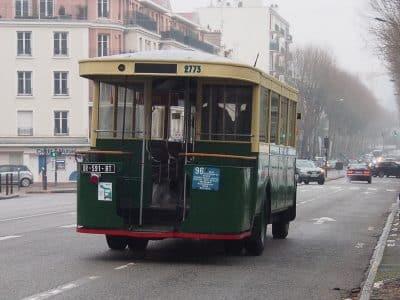 vieil autobus ligne 96 avec plateforme arrière